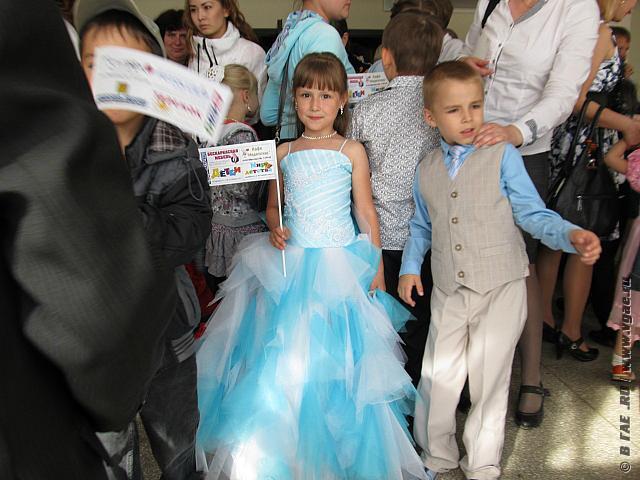 платья свидетельницы цвета малины