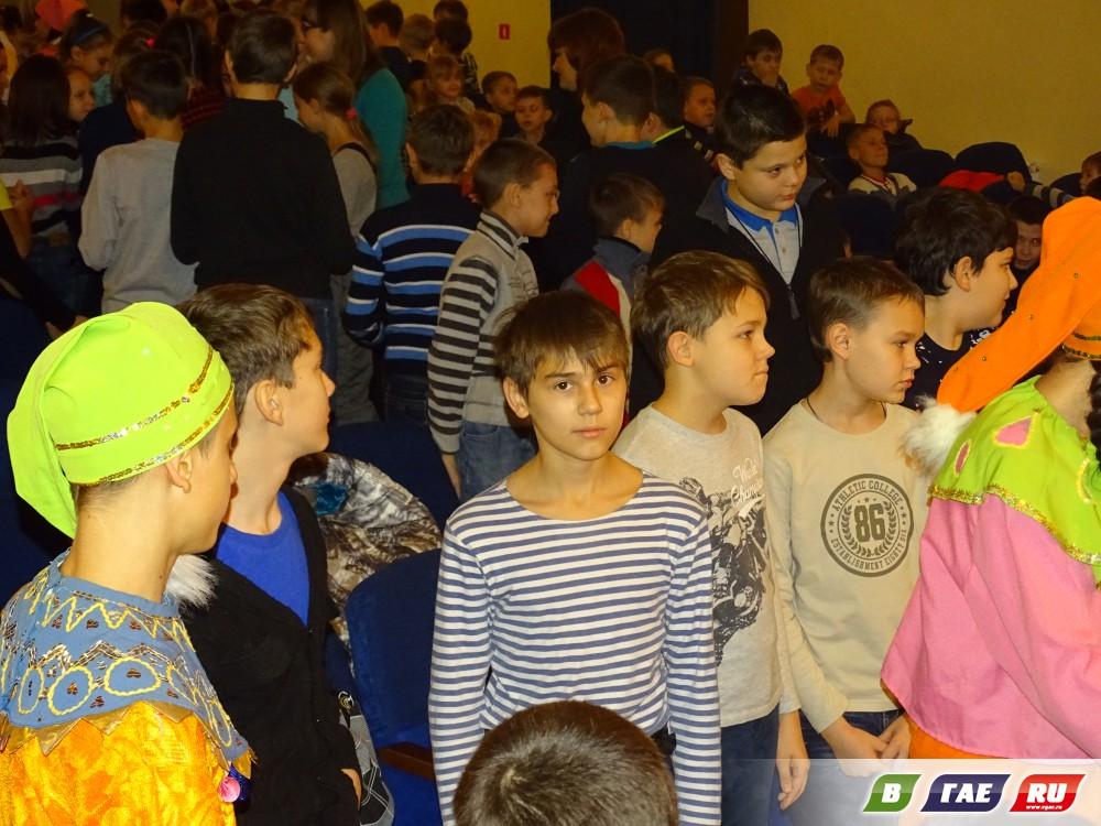 Школьники сплясали со скоморохами