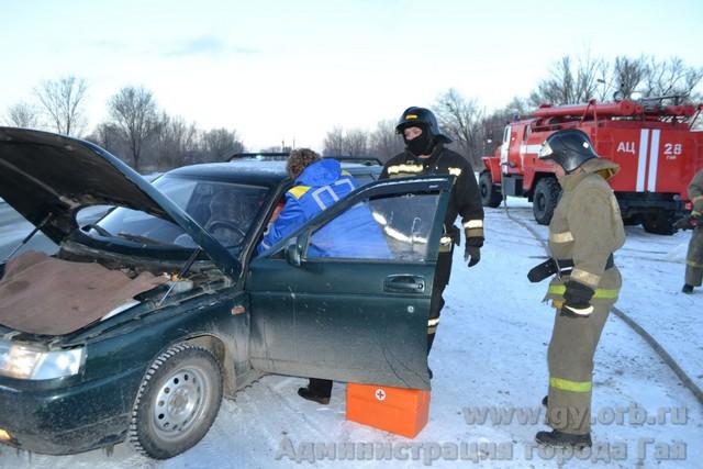 На улице города из горящего автомобиля спасали водителя