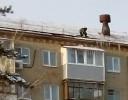 Мужчина на краю крыши: смелость с риском для жизни