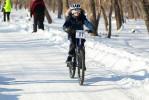 Дети бегали с велосипедами по сугробам