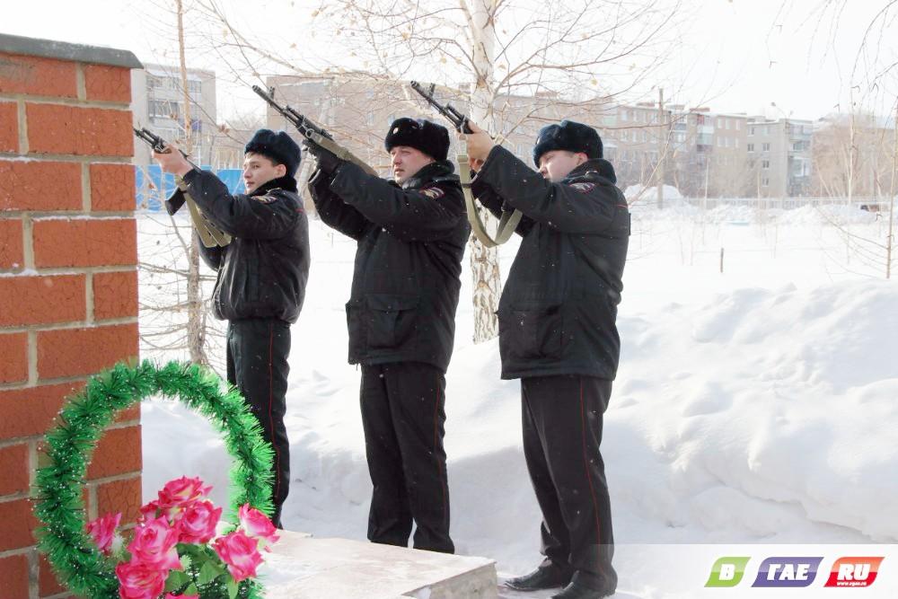 Возле ДОСААФ раздался оружейный залп