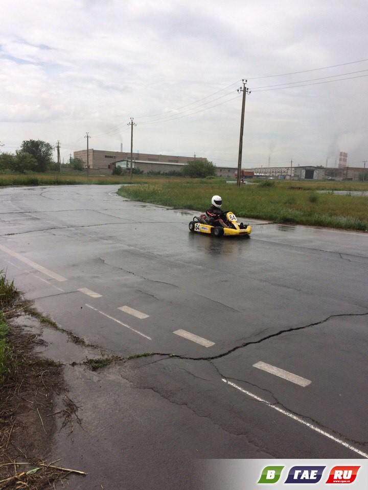 Под ливневым дождем гонщики вылетали с трассы