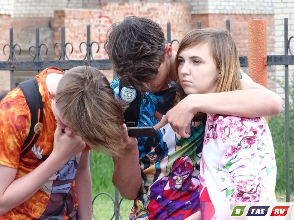 Хрупкие девчонки таскали друг друга по полю