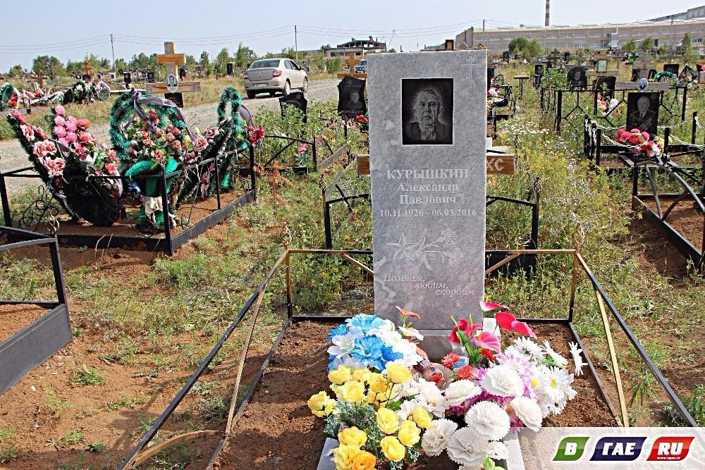 Сразу 5 памятников появилось  на городском кладбище