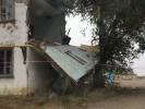 Обломок стены упал на газовую трубу и лежит два дня