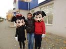 Горожан обнимали герои мультфильмов