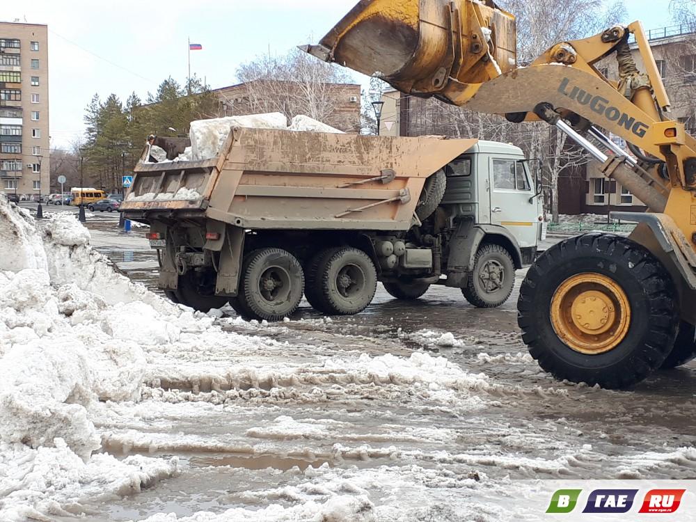 С городской площади увозят остатки снега