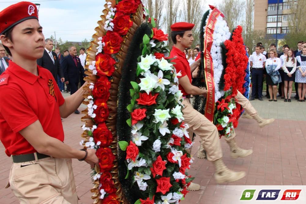 """Венки, цветы легли к подножию памятного знака и памятника """"Воину-строителю"""""""